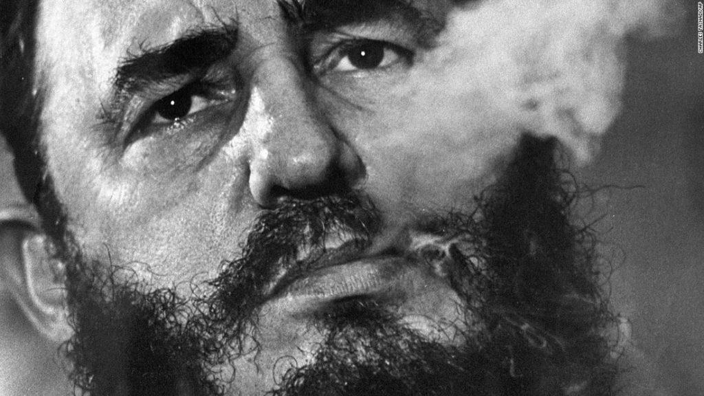 la mirada de Fidel Castro fumando